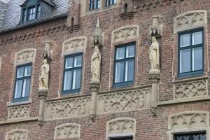 Skulpturen stehen in Nischen der reich dekorierten Fassade