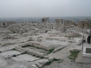 Ruinen auf dem Burgplateau der Zitadelle