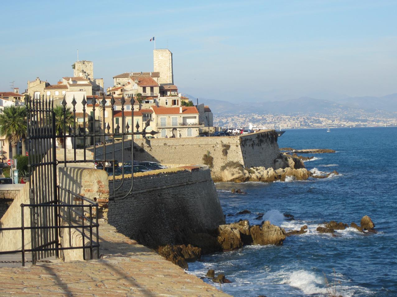 Chateau Grimaldi und der Blick auf den Golf von Nizza