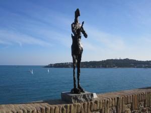 Picasso-Skulptur auf der Terrasse des Chateau