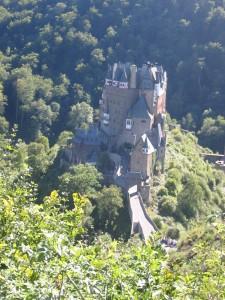 Burg Eltz liegt im Tal an einem Handelsweg zur Mosel