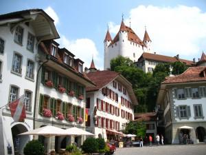 Blick auf Schloss Thun vom Thuner Rathausplatz / Foto: Wikipedia/Andrew Bossi