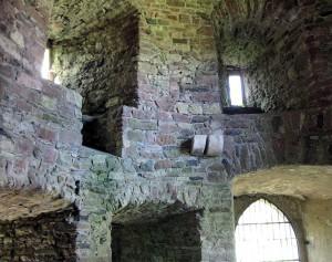 Dicke Mauern dominieren den Rittersaal von Burg Steckelberg / Foto: Wikipedia/