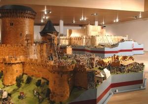 Links das Modell des Donjons von Coucy, rechts das Modell Krak des Chevaliers / Foto: Wikipedia/Burgenkunde