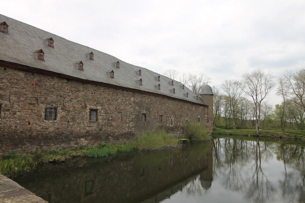 Wasserburg Schloss Dreiborn: Drehort für den neuesten ARD/WDR-Pinocchio ist von Wassergräben umgeben / Foto: Burgerbe