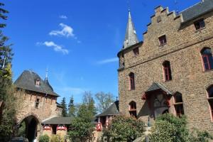 Burg Satzvey: Vorderseite des Palas und Torgebäude