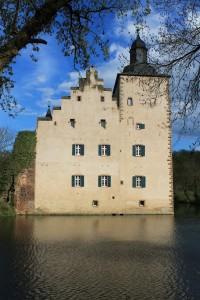 Burg Veynau: Umflossen vom aufgestauten Veybach