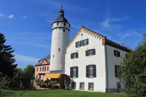 Burg Zievel: Neubau von 1663 (links), barocker Bergfried und das Herrenhaus von 1828.