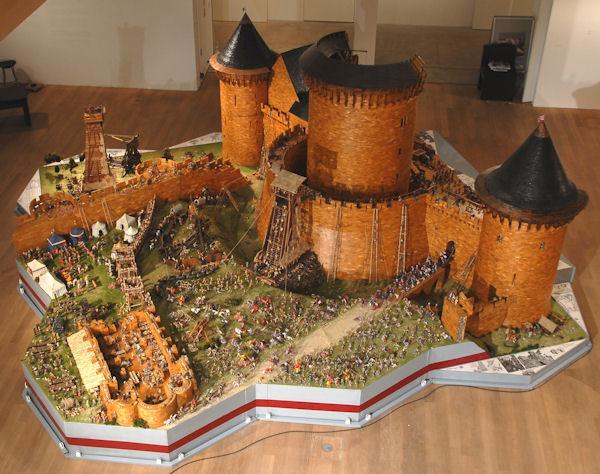 Das Modell von Burg Coucy im Maßstab 1:25 – der Donjon ist 2,40 Meter (!) hoch. Foto: Wikipedia/Burgenkunde