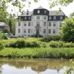 Kerpen: Betrunkener Autofahrer rammt Tor von Schloss Türnich