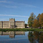 Polizei fahndet: Schwarze Graffitis an der Fassade von Schloss Ludwigslust