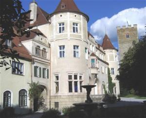 Schloss Neubeuern: Der Schlosshof / Foto: Wikipedia/Rufus46