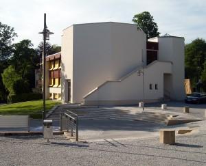 Modernes Internatsgebäude auf dem Gelände von Schloss Neubeuern / Foto: Wikipedia/Harald Bischoff