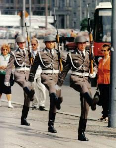 NVA-Ehrenwache unterwegs / Foto: Wikipedia/Michail Jungierek