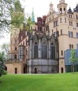Schweriner Schloss: Nur der Chor der Schlosskirche und ein Glockenturm sind sichtbar. Foto: Wikipedia/Concord / CC-BY-SA-3.0,2.5,2.0,1.0