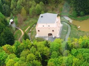 Luftbild der wiederaufgebauten Alten Burg Rotenhain / Foto: Wikipedia/Redqueenchamber/Lizenz: Creative Commons CC0 1.0 Universal Public Domain Dedication.