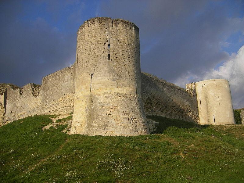 Flankierungsturm und Ringmauer von Chateu Coucy heute / Foto: Wikipedia/Szeder László