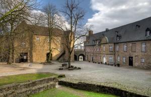 Innenhof, Palas und und Westflügel von Schloss Broich / Foto: Wikipedia/uxyso