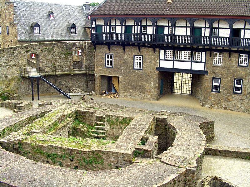 Schloss Broich: Blick auf die Überreste des Bergfrieds / Foto: Wikipedia/Oliver Koeneke (Benutzer i.c.wiener)
