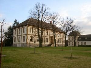Schloss Großkühnau wird durch eine Sandsackbarriere geschützt / Foto: Wikipedia/