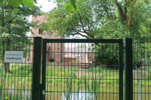 Die Hülser Burg ist mit einem Zaun gesichert und videoüberwacht.
