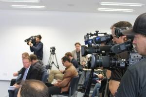 Das Medieninteresse an der Pressekonferenz im Polizeipräsidium Krefeld ist enorm