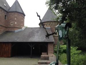 Kunst im Burghof - im Hintergrund die Rückseite der Vorburg