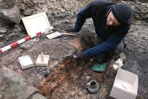 Kurz vor Abschluss der Grabungssaison wartete noch eine Überraschung auf die Archäologen: in den Resten eines abgebrannten Holzbaues fanden sie neben Alltagsgeschirr auch eine höchst seltene Schachfigur.Foto: LWL/ T. Pogarell