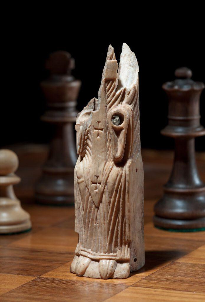 So naturgetreu gearbeitete Schachfiguren wie dieser Bischof sind europaweit extrem selten. Die Figur wurde im Schachspiel als Läufer eingesetzt.Foto: LWL/S. Brentführer