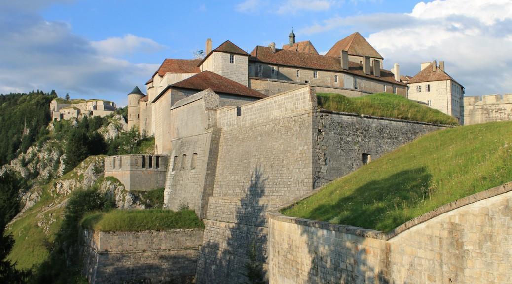 Das Château de Joux in der Franche-Comté, links dahinter das Fort du Larmont inférieur