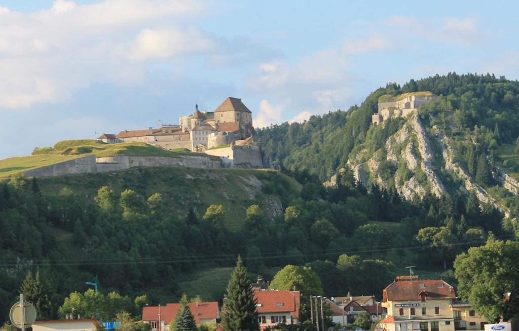 Chateau de Joux (links) und das etwas höher gelegene Fort du Larmont inférieur (rechts)
