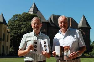 Dr. Christoph Reichmann und Karlherman Horster stellen den neuen Burgführer vor / Foto: Burgerbe.de