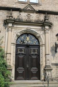 Portal eines der Seitenflügel