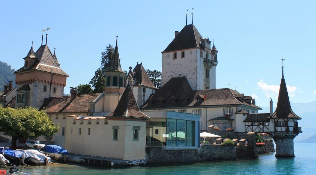 Schloss Oberhofen: Der Glas-Beton-Kubus sorgt für Ärger