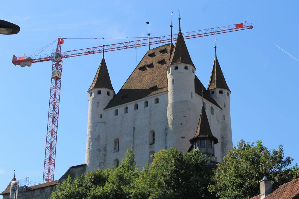 Ein Kran überragt zurzeit Schloss Thun