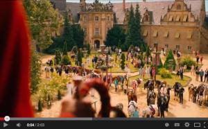 Bibi, Tina und die anderen Reiter kommen vor dem großen Rennen im Hof von Schloss Vitzenburg zusammen / Bild: Screenshot Youtube