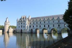 """Links das """"alte"""" Schloss, daneben die Brücke mit der Galerie."""
