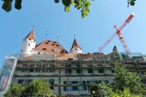 Schloss Thun mit Gerüst und Kran