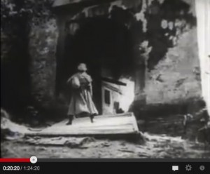 Thomas Hutter am Tor der Orlok-Burg / Screenshot Youtube