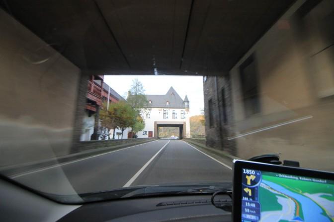 Fahrt duch Schloss Gondorf auf der Bundesstraße 410 / Foto: Burgerbe.de