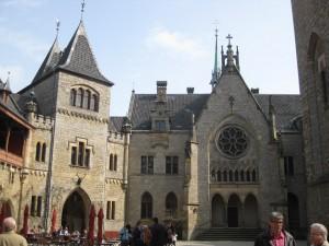 Schloss Marienburg: Innenhof mit Schlosskapelle