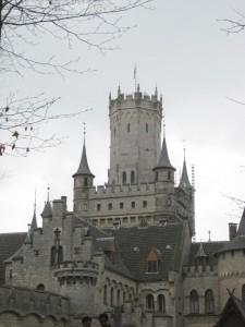 Romantische Hochzeitsmomente garantiert: Auch im Herbst ist Schloss Marienburg eine Augenweide. Foto: Burgerbe.de