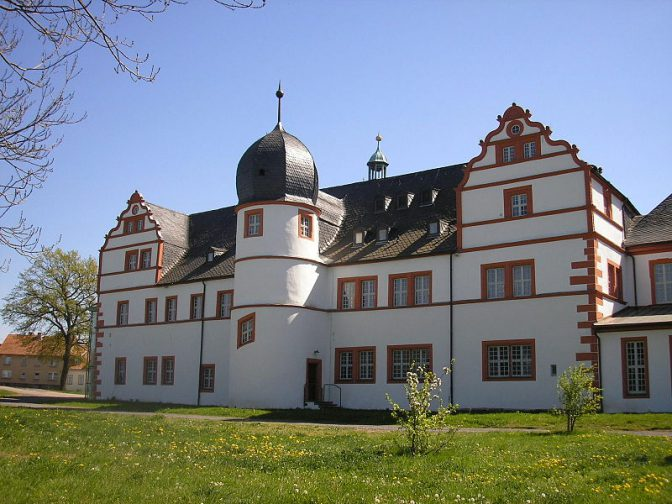 Schloss Ehrenstein vor dem Brand / Foto: Wikipedia/Michael / Sander/CC-BY-SA-3.0,2.5,2.0,1.0 / Foto oben: (c) Manfred Ständer