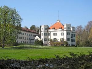 """Das echte """"Sissi-Schloss"""" Possenhofen: Nicht romantisch genug fürs 50er-Jahre-Kino / Foto: Wikipedia/Schlaier/CC-BY-SA-3.0,2.5,2.0,1.0"""
