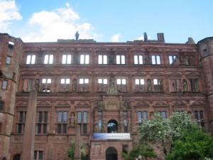 Brandstiftungen im Schloss (hier der Ottheinrichsbau) nehmen die Heidelberger besonders übel.