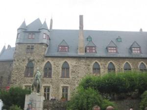 Palas von Schloss Burg (Solingen) mit Statue von Erzbischof Graf Engelbert