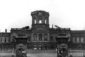 Wiederaufbau ohne Genehmigung: Schloss Charlottenburg nach Bombenangriff 1943 / Foto; Bundesarchiv / Güll-PBZ / CC-BY-SA-3.0-DE