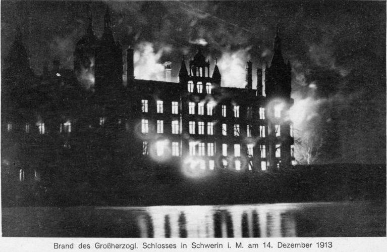 Bereits wenige Tage nach dem Brand kam diese Postkarte auf den Markt, die das Feuer im Burgseeflügel zeigt