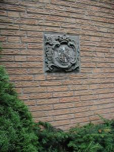Überrest der Burg: Ein Wappenstein des Deutschen Ordens am Hürther Rathaus / Foto: Wikipedia