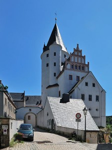 Bergfried und Tor von Schloss Schwarzenberg / Foto: Wikipedia/Harke/CC BY-SA 3.0)